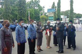 Bupati Thaher Hanubun serahkan ambulans darat dan laut untuk Puskesmas