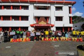 PT Telkom Wilayah Lampung membagikan 1.000 paket sembako kepada masyarakat terdampak COVID-19 Page 4 Small