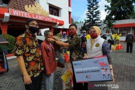 PT Telkom Wilayah Lampung membagikan 1.000 paket sembako kepada masyarakat terdampak COVID-19. Page 3 Small