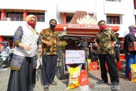 PT Telkom Wilayah Lampung membagikan 1.000 paket sembako kepada masyarakat terdampak COVID-19. Page 2 Small