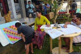 COVID-19, Guru di Desa Pedawa-Buleleng berkeliling mengajar ke rumah siswa