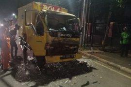 Sopir truk terjepit stir setelah tubruk ekor bus