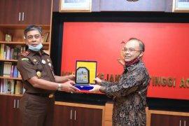 Berkontribusi dalam pembangunan ketenagalistrikan, PLN beri penghargaan Kejati Aceh