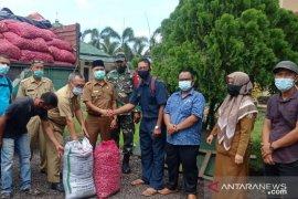 Lima ton benih  bawang bantuan COVID-19 diserahkan kepada Koptan Asahan