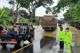 Jalur Jawa Tengah macet akibat banjir di ruas Buntu-Sumpiuh