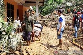 Satu orang meninggal dan tiga lainnya masih dicari  akibat  banjir dan longsor