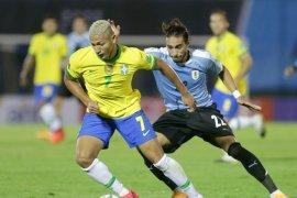 Brazil kalahkan sepuluh pemain Uruguay 2-0