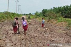"""Warga Desa Sri Raharja Penajam """"patungan"""" perbaiki jalan antardesa"""