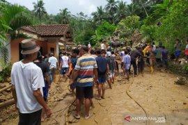 Tim SAR cari korban keempat akibat longsoran tebing 50 meter