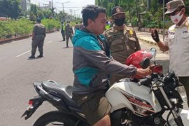 Petugas gabungan gelar operasi yustisi di perbatasan masuk Kota Madiun