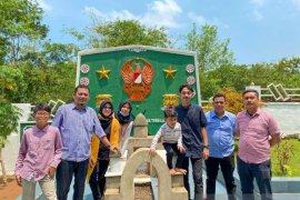 Mumu dan keluarga ziarah di makam pahlawan Brigjen TNI KH Syamun