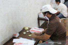 KPU Karawang turunkan puluhan petugas sortir lipat kertas suara pilkada