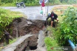 Satu unit jembatan di Pulau Simeulue ambruk diterjang banjir
