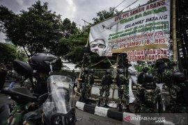 Ini sosok wanita baju kotak-kotak di kendaraan TNI saat penertiban baliho