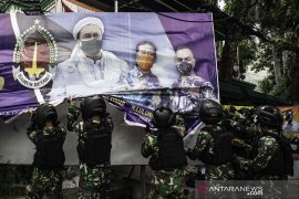 Wanita berbaju kotak-kotak di kendaraan TNI saat penertiban baliho tak berizin, ini penjelasan Kodam Jaya