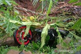 Petugas BPBD Cianjur temukan jasad pemotor tertimbun longsoran tanah