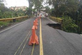 Longsor terjadi di sekitar jembatan Bah Hilang Simalungun