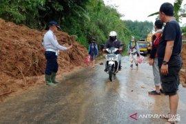 Petugas gabungan BPBD Cianjur buka jalur tertutup longsor