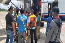 Pelajar korban penembakan OTK dievakuasi ke Timika