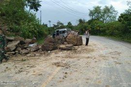 Material longsor  timpa mobil penumpang di lintas Banda Aceh-Medan