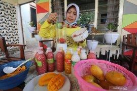 Perajin jus buah asli dalam botol
