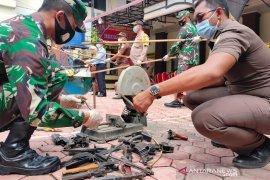 Kejari Aceh Timur musnahkan tiga senpi dan narkoba