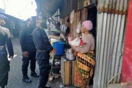 Personel Polda Maluku bantu warga terdampak COVID -19