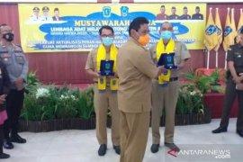 Lembaga Adat Melayu Belitung berikan penghargaan kepada dua tokoh