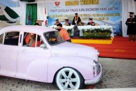 Wisuda drive thru STIE Pancasetia dengan mobil antik