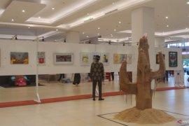 Puluhan lukisan dipajang dalam pameran untuk kemanusiaan di Padang