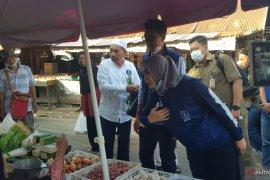 Saidi bersama istri belanja di Pasar Batuah Martapura