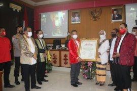 Pemkot anugerahkan Irjen Pol.  Baharudin Djafar warga kehormatan Kota Ambon