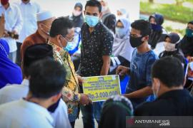 Wali Kota Banda Aceh serahkan zakat untuk warga terdampak COVID-19