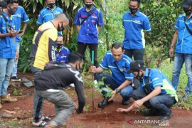 Rayakan Ultah ketiga, komunitas motor Ini tanam rambutan dan durian di Kiram Park