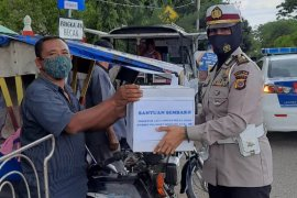 Ditlantas Polda Aceh bagikan ratusan masker kepada pengemudi becak