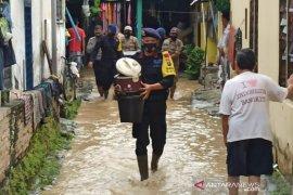 Brimob bantu evakuasi korban banjir di Tebing Tinggi