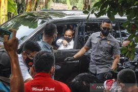 Presiden Jokowi bagikan paket sembako ke warga di Cideng