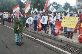 Puluhan emak-emak di Surabaya gelar aksi bela Risma