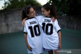 Legenda sepak bola Maradona diabadikan si kembar Mara dan Dona