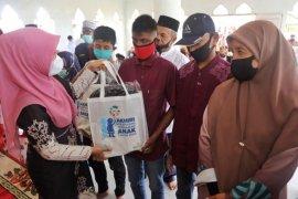 PKK Aceh serahkan peralatan sekolah bantuan Menteri PPPA