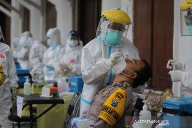 Petugas pengamanan Pilkada Surabaya jalani tes usap COVID-19