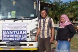 DKP Bangka Barat menyalurkan bantuan 1,4 ton bahan pakan ikan