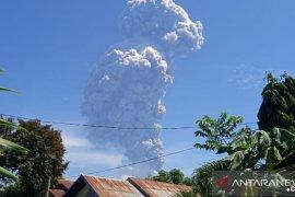 Erupsi  Gunung Ili Lewokotok akibatkan hujan abu, warga diimbau siapkan masker