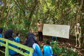 """Guru biologi \""""sulap\"""" hutan bersampah jadi Laboratorium Alam"""