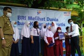 Kanwil BRI Makassar berbagi kacamata gratis kepada 300 pelajar