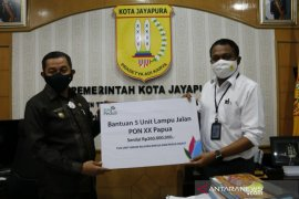 PLN beri bantuan lima lampu penerangan jalan dukung PON Papua