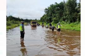 Jalan nasional Kalis-Putussibau tergenang dan berlubang rawan kecelakaan