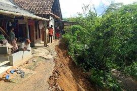 Empat rumah di Panggarangan, Lebak nyaris roboh dilanda longsor