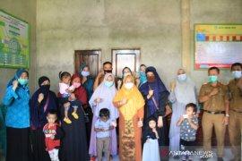Ketua TP-PKK Kendari serahkan Kartu Identitas Anak