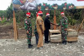 TNI bersama warga Amungme-Kamoro menggelar acara \'bakar batu\'